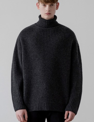 OVER-FIT TEXTURED TURTLE NECK KNIT [CHARCOAL]