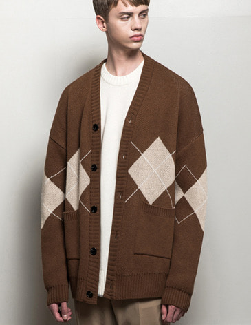 ARGYLE CHECK OVERFIT CARDIGAN [BROWN]